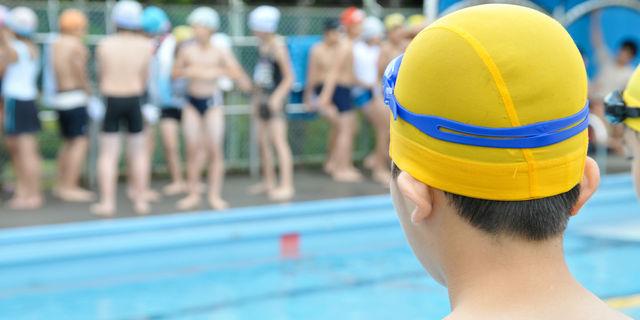 小学生のプールの授業