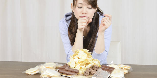 お菓子のカロリーを気にする女性