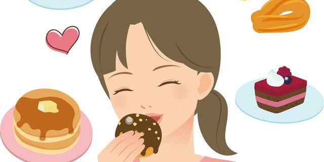 お菓子を嬉しそうに食べる女性