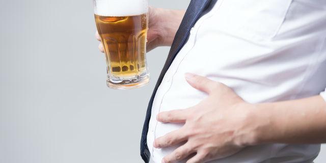 アルコールを飲む肥満男性