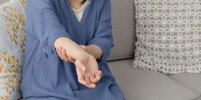 手の異常を感じる女性