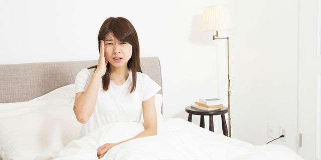 起床時に頭痛がある女性