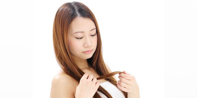 髪をくるくるする女性