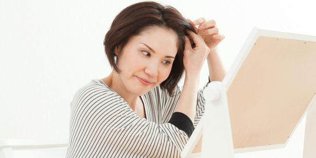髪を抜く女性