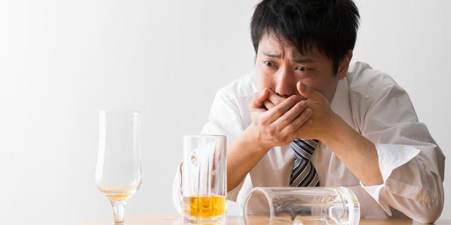 飲酒で嘔吐する男性