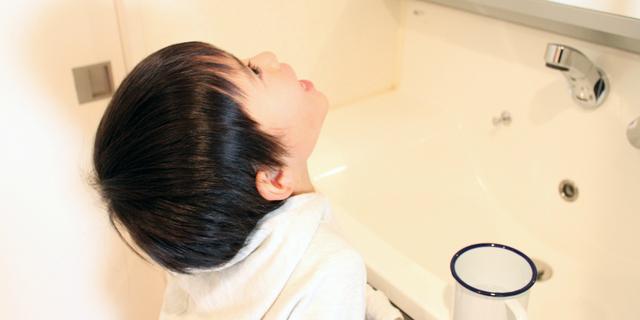 インフルエンザ予防の手洗い・うがいをする児童
