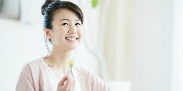 胃酸過多を予防するために分食する女性