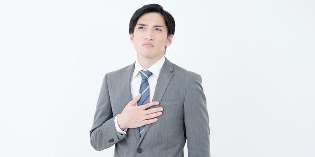 胸やけで胃酸過多を疑う男性