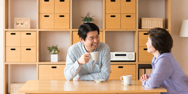 夫婦で会話してストレスを緩和する夫婦