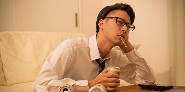 一人酒をする男性