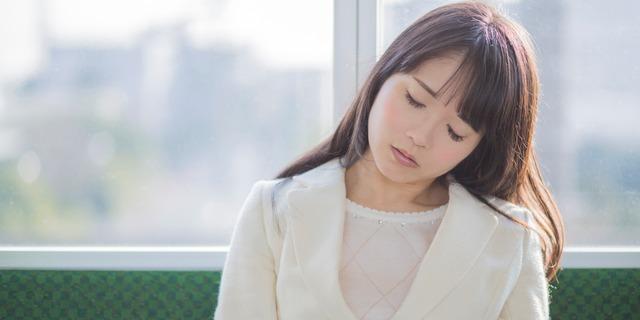 電車で居眠りする女性