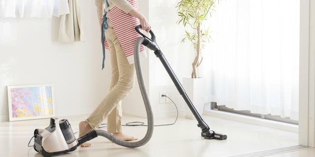 花粉症対策として掃除をする女性