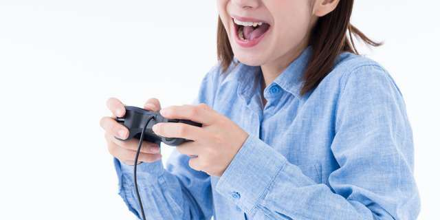 ゲームをかなり楽しんでいる女性