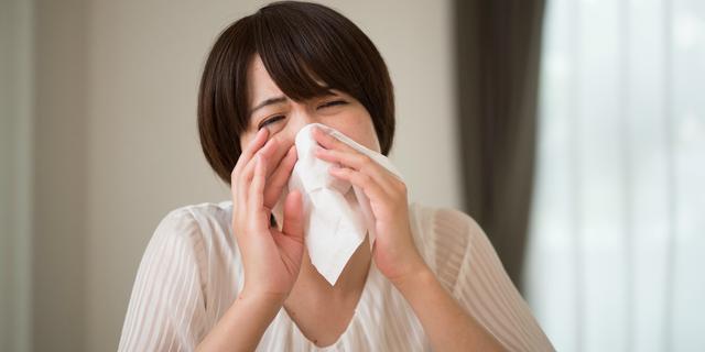 花粉症と蓄膿症の症状に悩む女性
