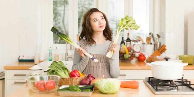 野菜の栄養について考える女性