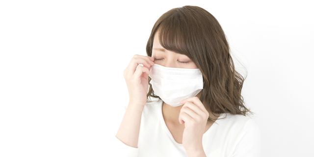 花粉症によるアレルギー性結膜炎に悩む女性
