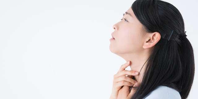喉が痛む女性