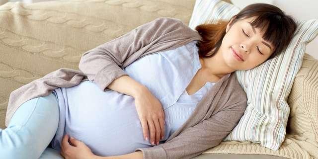 横になる妊婦