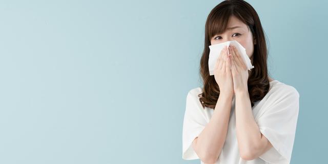 ヒノキ花粉症に悩む女性