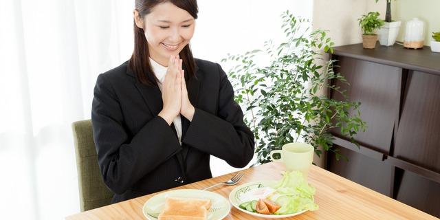 ゆっくり食べる女性