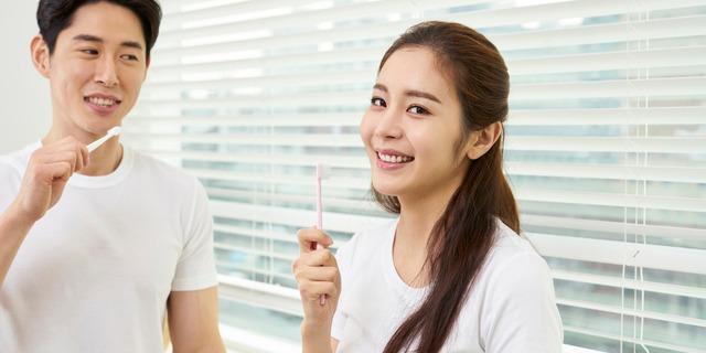 歯磨きする男女