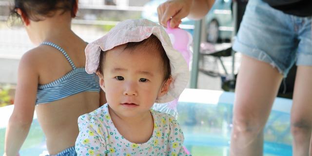 帽子と長袖を着ている子供
