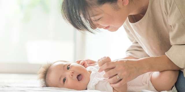 赤ちゃんの面倒を見るお母さん