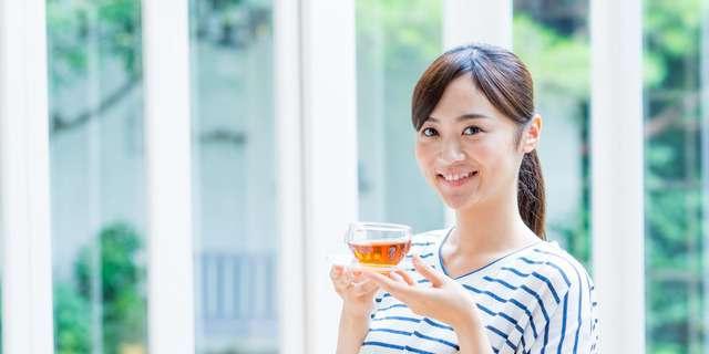 温かい飲み物でリラックスする女性