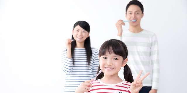 歯磨きする家族
