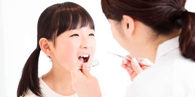 歯科で治療する女児