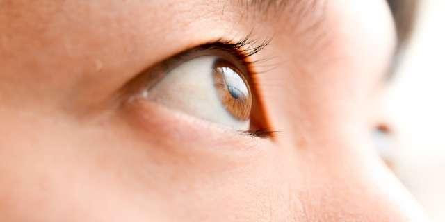 目を見開く女性