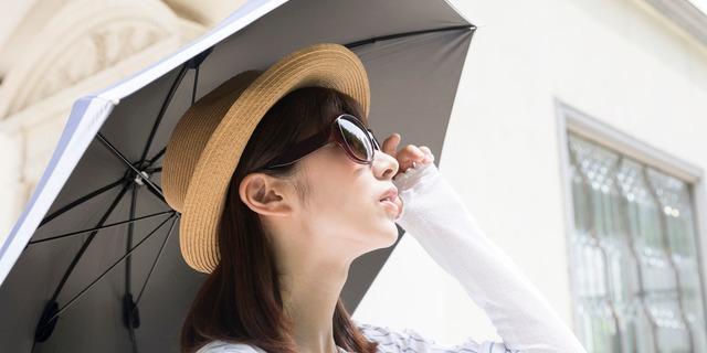 日焼け対策する女性