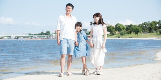 ビーチで楽しむ家族