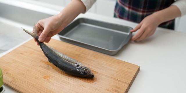 魚を調理する