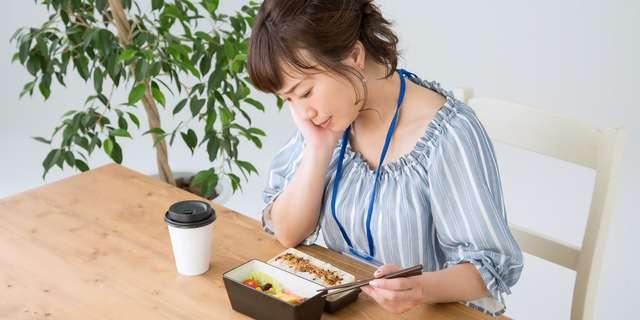 胃もたれで食べられない女性