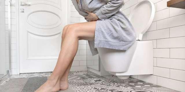 トイレで悩む女性