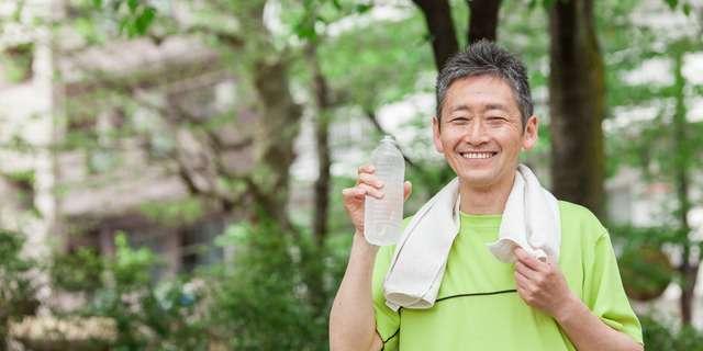 水分補給する男性
