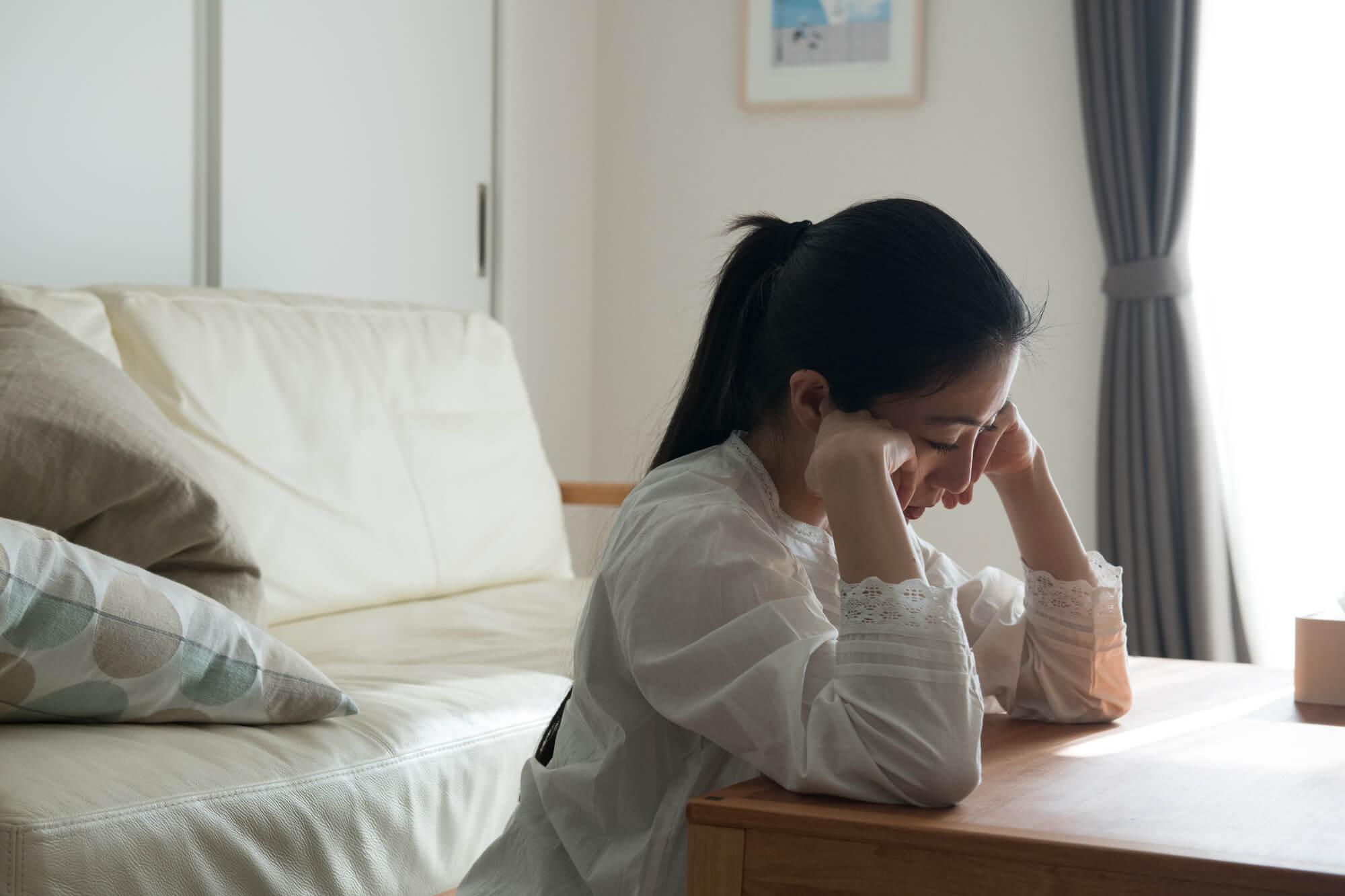 休職を悩む女性