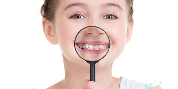 子どもの歯並びが気になる…歯科矯正を始めるなら、何歳からがいいの?