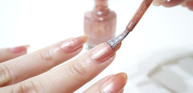 """マニキュアで「指腫れ」「爪割れ」 。検出された""""ホルムアルデヒド""""の人体への影響は?"""