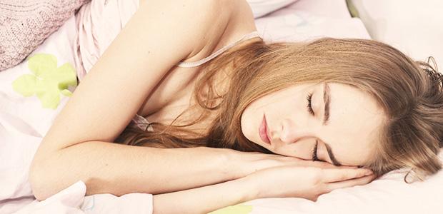 数週間も眠り続けてしまう!?「眠れる森症候群」という奇病